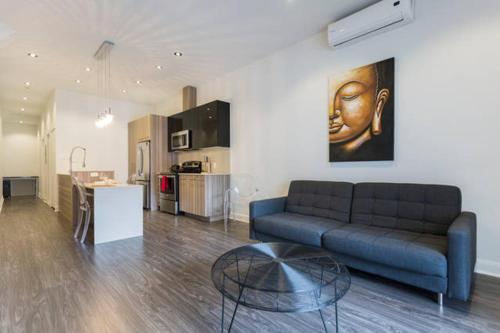 2 Bedroom Downtown Montreal Apartments, Монреаль