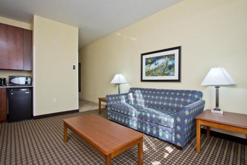 Holiday Inn Express and Suites Denver East Peoria Street Photo