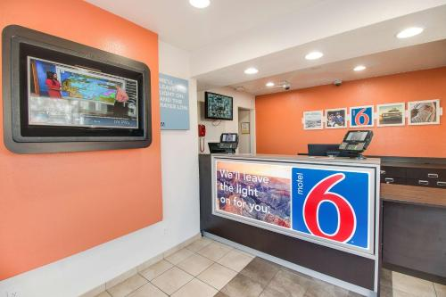 Motel 6 Phoenix East Photo