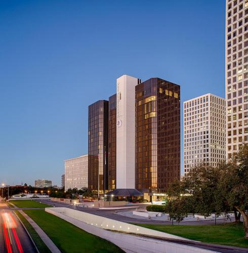 DoubleTree by Hilton Hotel Houston Greenway Plaza Photo