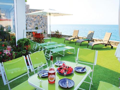 Four-Bedroom Holiday home with Sea View in Derveni Korinth Pelo., Dhervénion