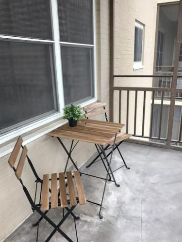 Simple Beauty Downtown Condo Sleeps 4 (14N)