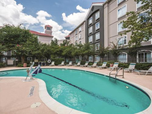 La Quinta Inn and Suites Houston Bush IAH South Photo