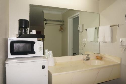 Americas Best Value Inn Fresno Photo