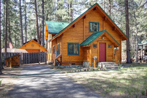 Charming Log Cabin at Al Tahoe