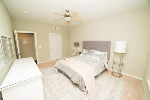 Luxury The Woodlands Apartment