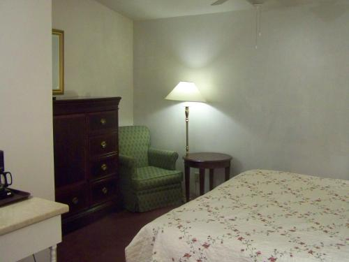 Golden Knight Inn and Suites Photo
