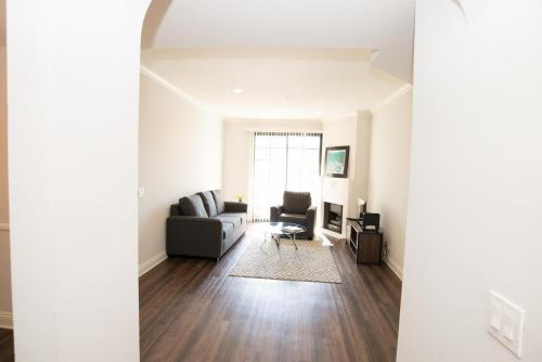 F610 Beautiful Two Bedroom Apartment near Beverly Hills - Los Angeles, CA 90048
