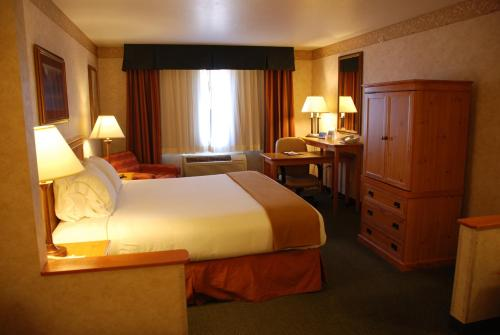 Holiday Inn Express Hotel & Suites Raton Photo
