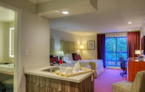 Executive Suites Hotel & Conference Center, Metro Vancouver Photo