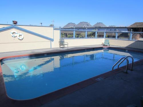 Econo lodge monterey fairgrounds monterey ca united for Pool show monterey