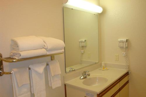 Days Inn and Suites Green Bay Photo