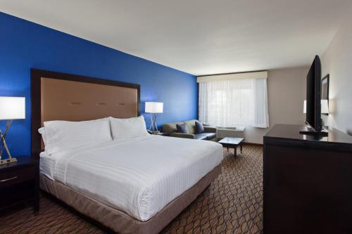 Holiday Inn Express Colton Photo