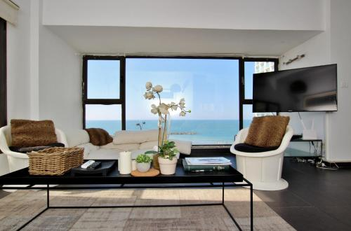 LUXURY 3 ROOMS APARTMENT WITH FULL SEA VIEW TO GORDON BEACH - BEST LOCATION, 特拉维夫