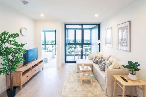 Immaculate Apartment w Balcony, Pool & Parking