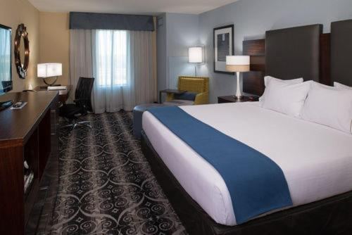 Holiday Inn Express & Suites Kansas City Airport Photo