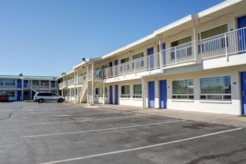 Motel 6 Bend Photo