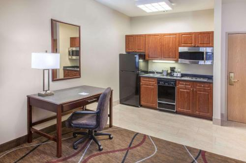 Hawthorn Suites Bloomington Photo