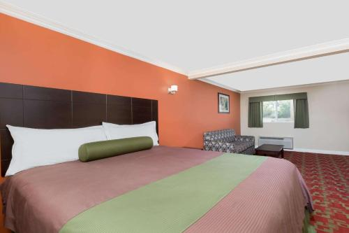 Travelodge Inn&Suites Los Angeles Bell California Photo