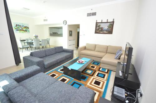 Hometown Apartments - Gorgeous 2 Bedroom with Amazing Sea View, Dubái
