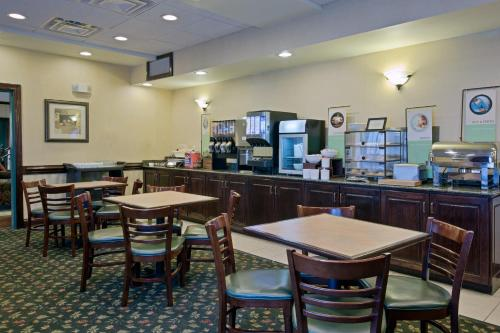 Country Inn and Suites By Carlson Newport News South Photo