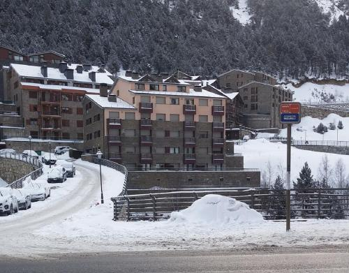First Line Mountain View Ski Apartment, Soldeu