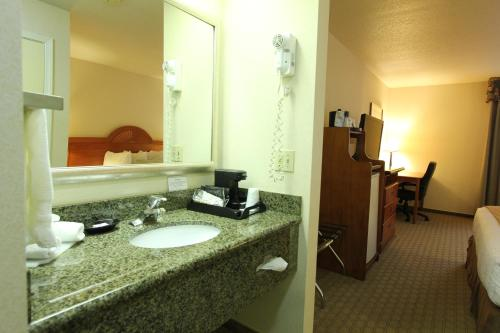 Best Western Plus Twin View Inn & Suites - Redding, CA 96003