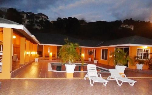 Spacious hillside villa with a large pool and sea views. Best by far in the area, Whitehouse