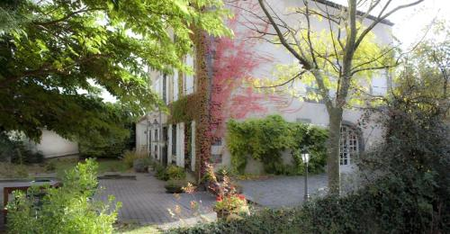Hostellerie Le Petit Bonneval in Perignat les Sarlieve from €100