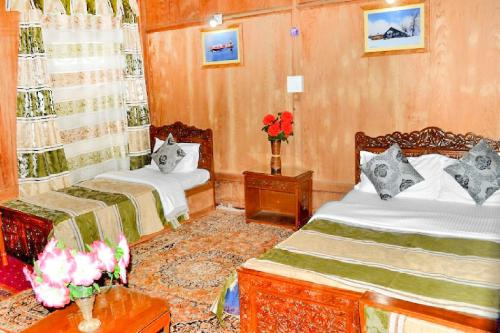 2 BR Houseboat in Dal Lake, Srinagar (A580), by GuestHouser, Srinagar