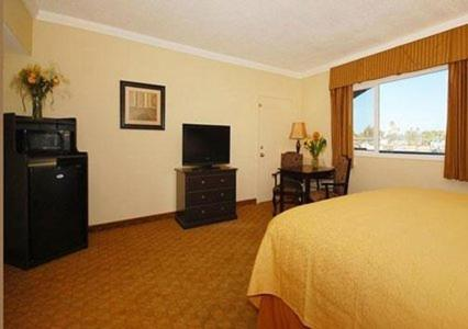 Hollies Hotel & Suites - Calexico, CA 92231