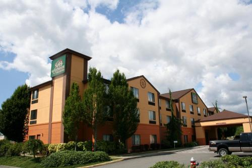 Evergreen Inn & Suites