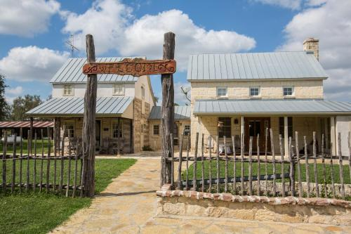 Full Moon Inn - Fredericksburg, TX 78624