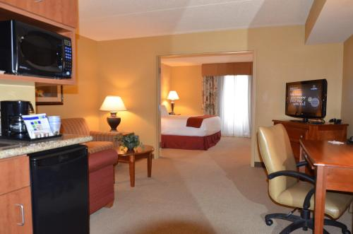 Holiday Inn Express Hotel & Suites Bloomington Photo