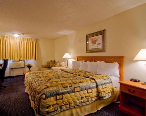 Econo Lodge Inn & Suites Clinton Photo