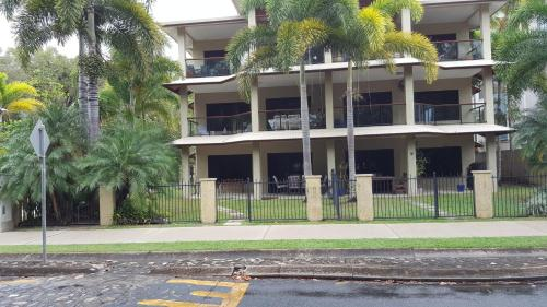 Luxury Beachfront 3 Bedroom Apartment Yorkeys Knob Cairns