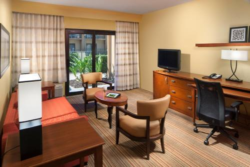 Courtyard by Marriott Orlando Airport Photo