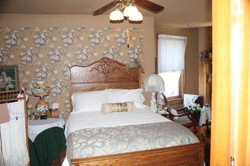 The Queen, A Victorian Bed & Breakfast Photo