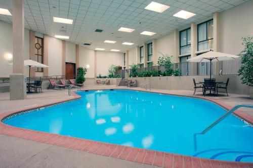 Wyndham Visalia In Visalia Ca Swimming Pool Indoor Pool Outdoor Pool Restaurant Non