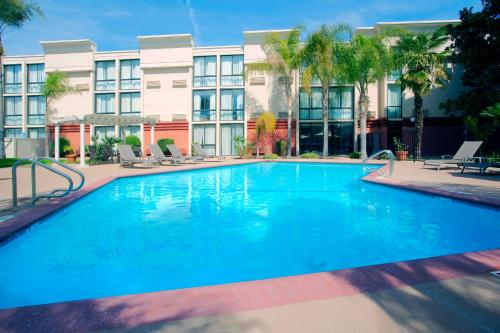Picture of Holiday Inn Visalia Hotel & Conference Center/><p class=