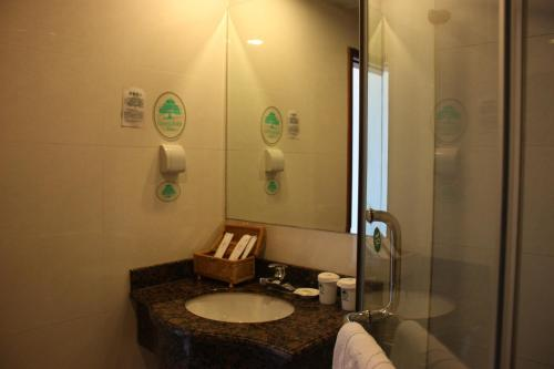 GreenTree Inn ShangHai ChangYang Road JiangPu Park Metro Station Business Hotel photo 41