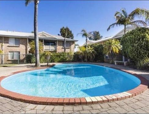 Great 2 bedroom flat with pool, Murdoch