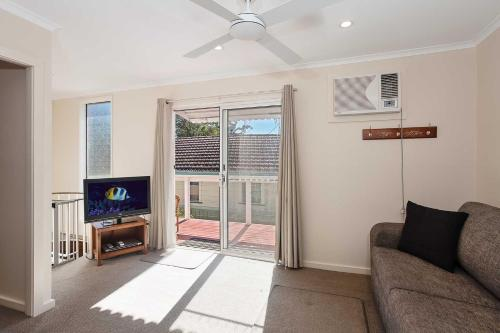 2 'Hibiscus Court' 9 Government Road - fantastic air conditioned 3 bedroom unit, Shoal Bay