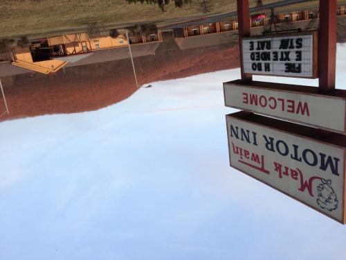 Mark Twain Motor Inn Photo