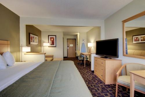 Quality Inn & Suites Des Moines Airport Photo
