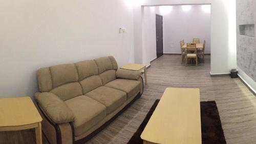 AL Ezz building only 5 minutes from Muscat International Airport, Lanşab