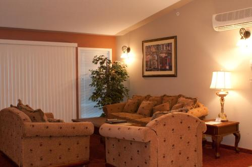 Misty Mountain Inn & Suites Photo