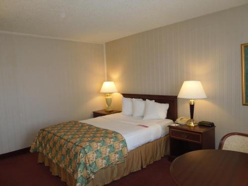 Days Inn & Suites Elyria Photo
