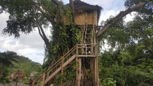 Volcano Sea View Tree House, Lénakel