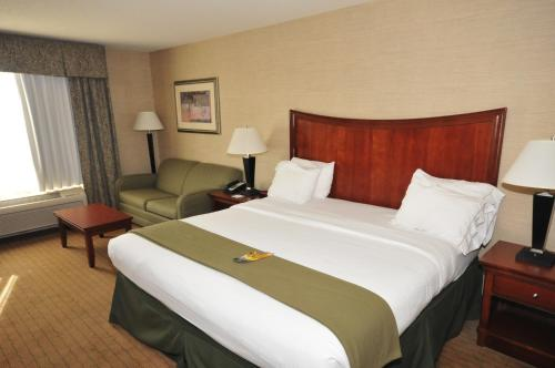 Holiday Inn Express Hotel & Suites Urbana-Champaign-U of I Area Photo
